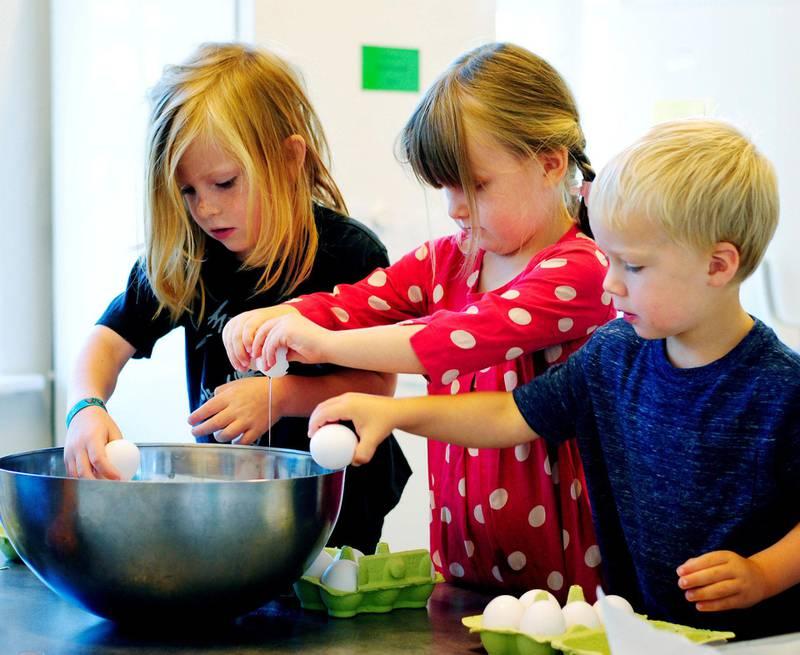 Jo flere kokker: Frej, Viktoria og Lars har kjøkkentjeneste i Heftyes barnehage. Barnehagen er med i prosjektet «Friske og raske barnehager», med fokus på sunn mat.