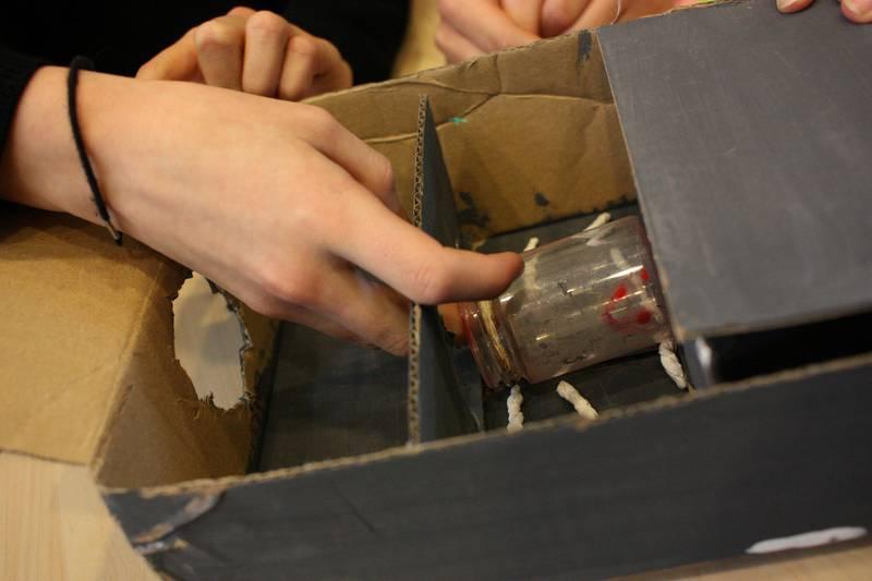 Maskinen: Plasten suges inn av hullet, hvor den sorteres ut, sendes inn til larvene som spiser den opp.