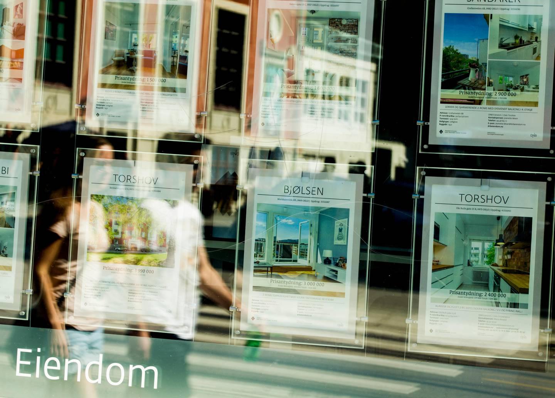 Oslo  20160709. Boligprospekter i vindu hos eiendomsmegler i Oslo lørdag. Boligmarked, boligmarkedet, boligpris, boligpriser, eiendomsmarked, eiendomsmegling, boligannonser. Foto: Vegard Wivestad Grøtt / NTB