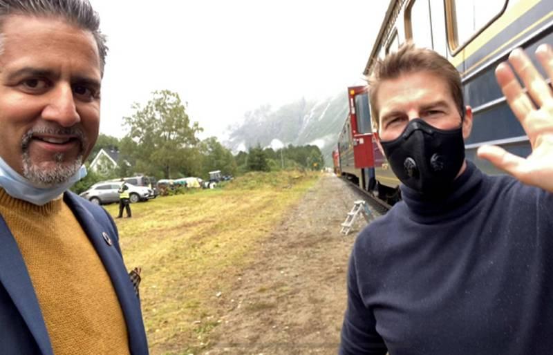 Kulturminister Abid Raja (t.v.) spilte tirsdag inn en videohilsen sammen med skuespiller Tom Cruise, som er i Romsdalen for å spille inn den sjuende filmen i «MIssion: Impossible»-serien.