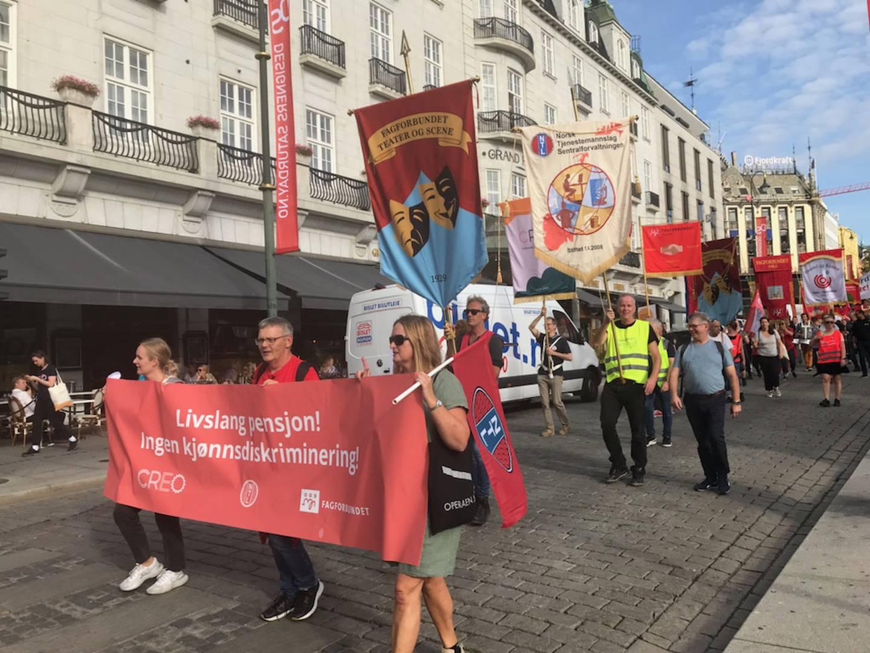 Streikende kulturarbeidere ved Operaen, Nationaltheatret og Det Norske Teatret gikk i tog fra Bjørvika og gjennom sentrum torsdag