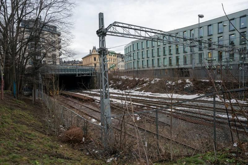 Even Warsla Meen døde, mens en jente og en gutt på 16 år ble kritisk skadd etter at de tok seg inn i en togtunnelen ved Filipstad i Oslo og kom i kontakt med en strømførende kilde. Nå er selskapet Bane Nor tiltalt for uaktsomt å ha forvoldt Meens død og skadene på de to andre og for ikke å ha sikret området godt nok. Foto: Heiko Junge / NTB