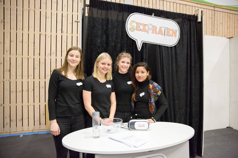 Signe Hoven (fra venstre), Amanda Lindholm, Lea Grønning og Maria Da Silva er fire av ni elever ved Greåker videregående skole som har utviklet VR-appen Sexpraten.
