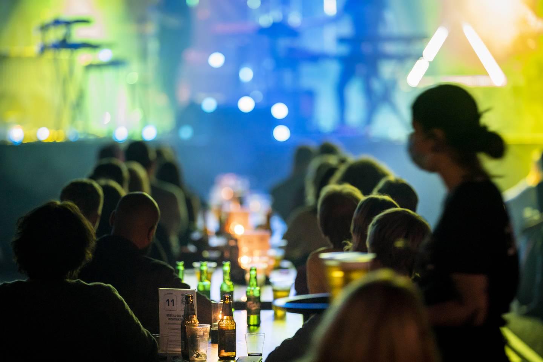 Publikum sittende ved langbord med en meters avstand er på konsert med Jaga Jazzist på Rockefeller i Oslo lørdag 31. oktober. På grunn av den alvorlige koronasituasjonen er det tillatt med maksimalt 200 personer. Det er også påbud om munnbind når man beveger seg i lokalet. Sitter man på plassen sin kan man ta av munnbindet.