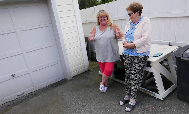 Mona Eidesgaard (til venstre) viser hvor stor den siste rotta de så på gårdsplassen var. Hun og moren Kirsten Eidesgaard mener mating av måker er en del av rotteproblemet på Lisleby.