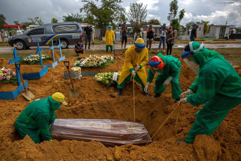 Et menneske som døde av covid-19 gravlegges i Manaus i Amazonas tidligere i år.