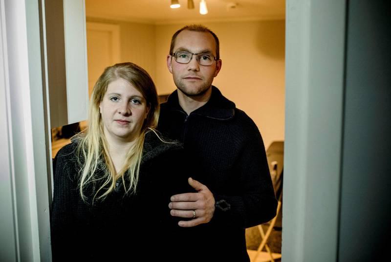 Kathrine og Jarle Amdal Tjensvoll havnet i et økonomisk uføre da Kathrine mistet hele inntekten i flere måneder.  – Det kan ikke være sånn at folk skal gå gjennom en så stor påkjenning fordi Nav ikke gjør jobben sin.
