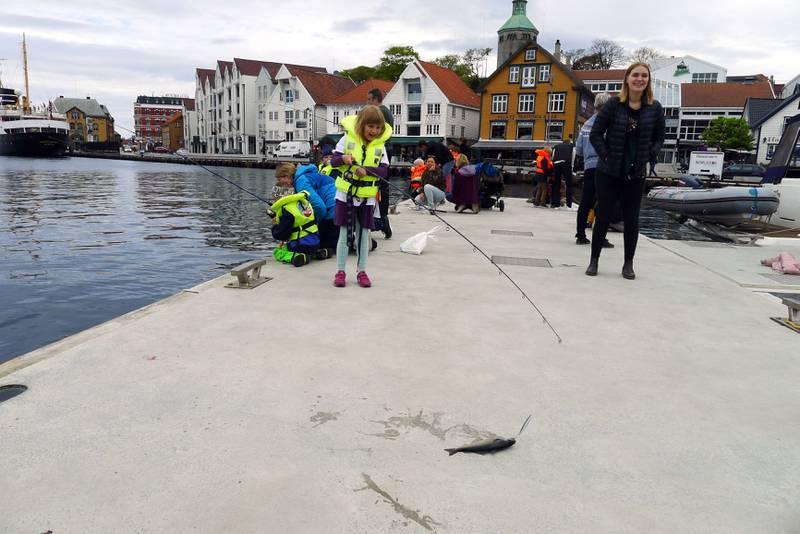 Maja Lana Nordin er strålende fornøyd med at hun har fått fisk. Foto: Tore Bruland