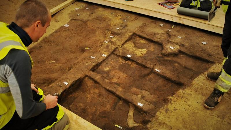 En omvisning på den store arkeologiske utgravningen ved Jellhaugen i Halden var bare så spennende, fantasieggende og lærerik at det bare er å gi seg ende over. Ingen over ingen ved siden, mener Frode Rekve.