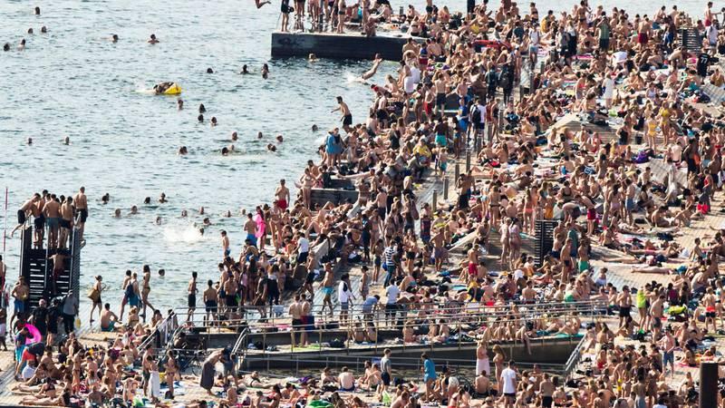 Ettertraktet: Norsk Friluftsliv mener lokalpolitikere er på dypt vann når de tillater videre nedbygging av strandsonen i tettsteder og byer. Allerede i dag kan det være svært trangt om plassen på de tilgjengelige badestedene i flere byer og tettsteder, noe dette bildet fra Sørenga i Oslo viser med all mulig tydelighet. FOTO: BERIT ROALD/NTB SCANPIX
