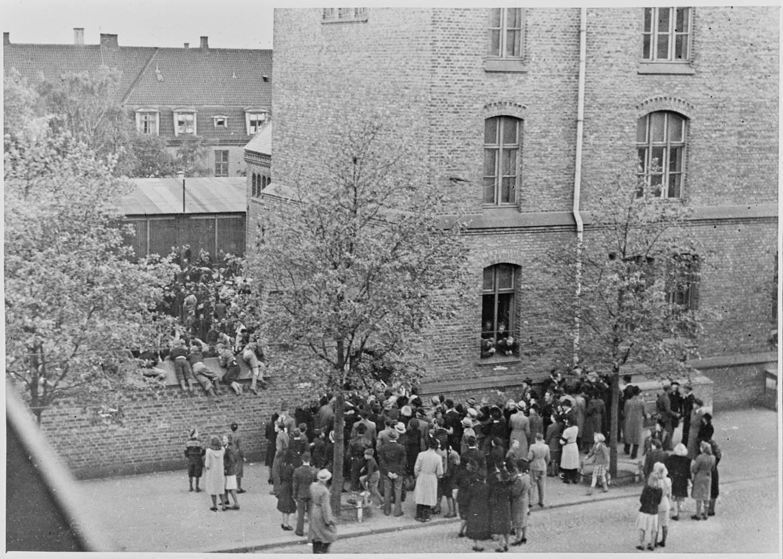 Franske tvangsarbeidere innkvartert på Lilleborg skole mai 1943. Folk stimlet til utenfor, men ble hindret kontakt med de franske fangene ved at tyskerne kjørte biler inn blant folkemengden og foretok en rekke arrestasjoner.