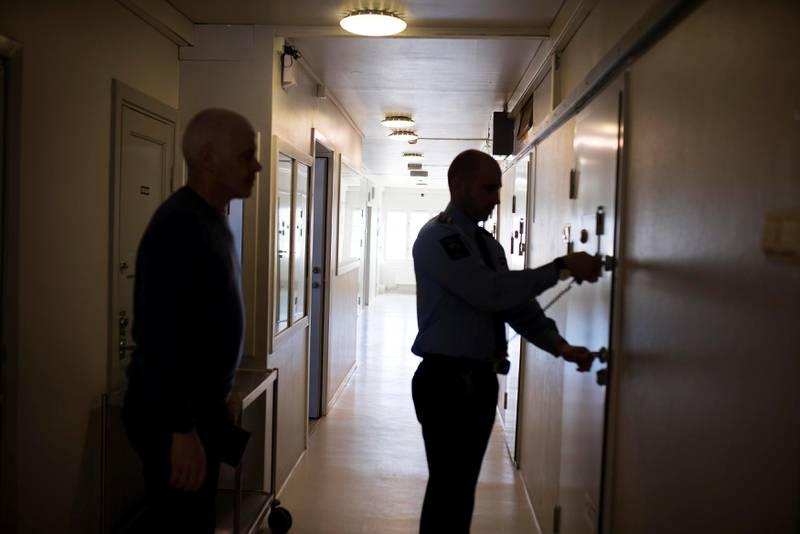 Sikkerhetsinspektør Christopher McCabe låser SV-politiker Petter Eide inn i en av cellene på bredtveit fengsel.