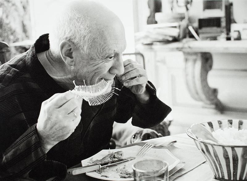 Dette fotografiet tatt av David Douglas Duncan i 1957 viser Pablo Picasso i et fraværende og kunstnerisk øyeblikk. Fiskeskjelettet som han finrenser med tennene skal snart bli kunst.