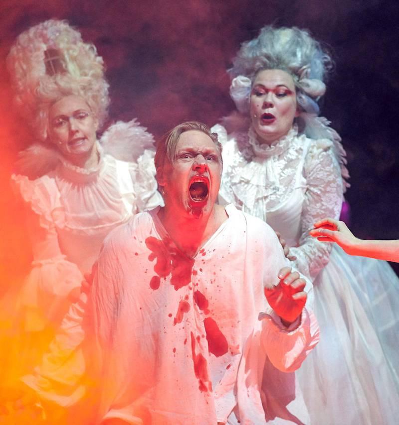 Mads Ousdal går fortapelsen i møte som Faust i «Vi må snakke om Faust» på Nationaltheatret. FOTO: ØYVIND EIDE