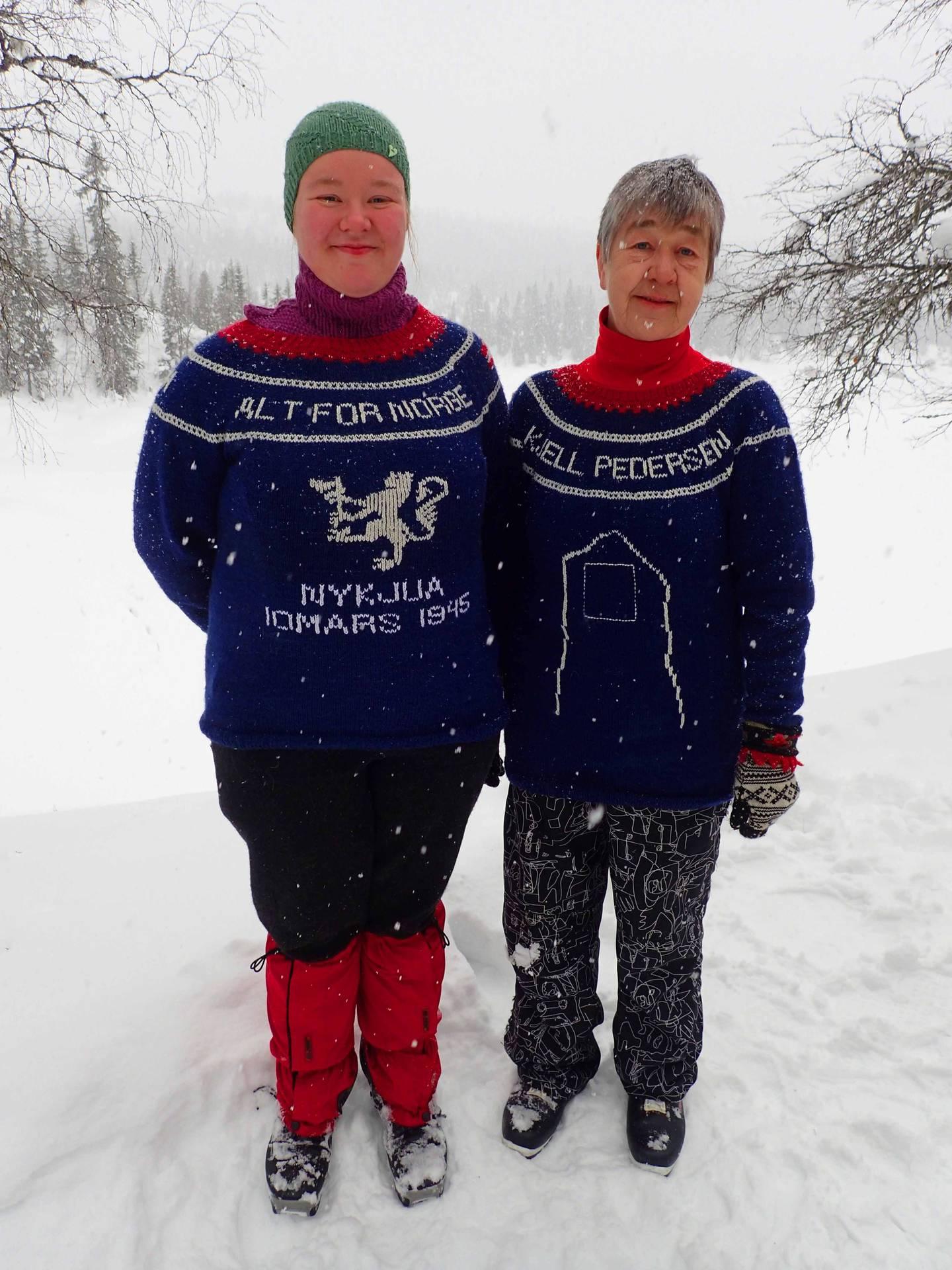 Mor og datter. Oddny (til v.) og Oddveig Moen på Nykjuadagen hedrer Oddveigs onkel med egne gensere, strikket av Oddny.