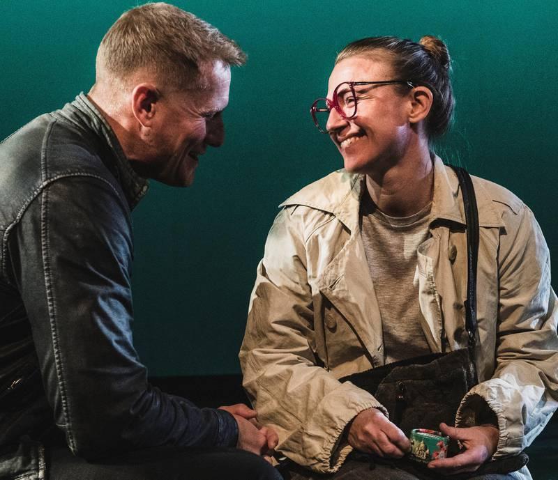 Frode Winther og Heidi Gjermundsen Broch spiller Mannen og Brille i Frank Kjosås' regidebut «l.i.f.e.g.o.e.s.o.n».