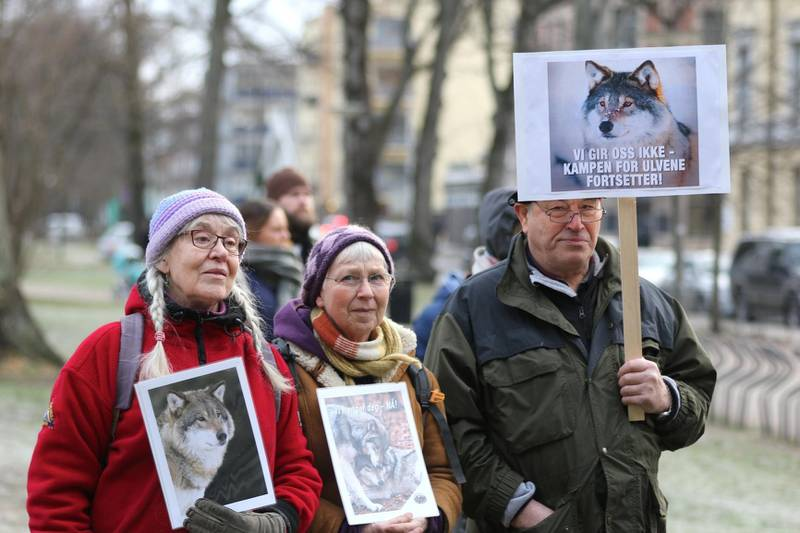"""fr.v. Anne Rising (78) fra Våler, Gina Kyvik (72) og 73-åringen """"Hansen"""". - Det hoder med etternavn. Jeg har hatt nok av trusler og hærverk mot meg, sa han til Demokraten."""