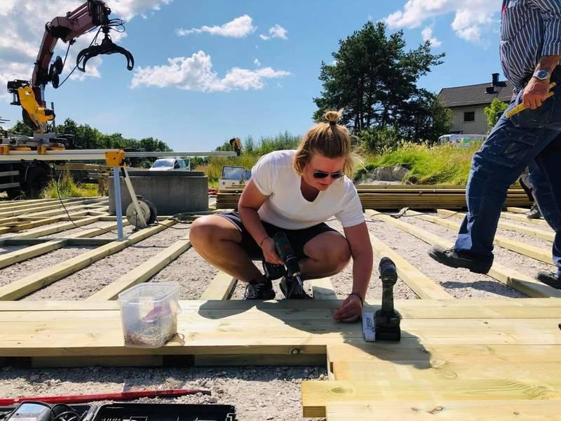 Prosjektleder Marte C. Ravneng Nilsen deltok aktivt sammen med ansatte fra Bison telt når den store lavvoen skulle reises.