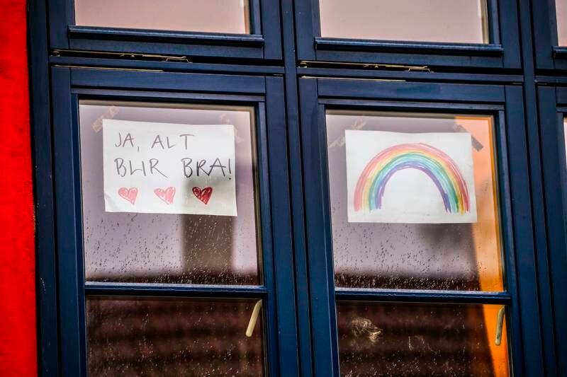 «Alt blir bra»-teikningane pryda mange vindauge i fjor vår, men no trur fleire at pandemien vil prege Noreg også i tida som kjem. Foto: Lise Åserud / NTB / NPK