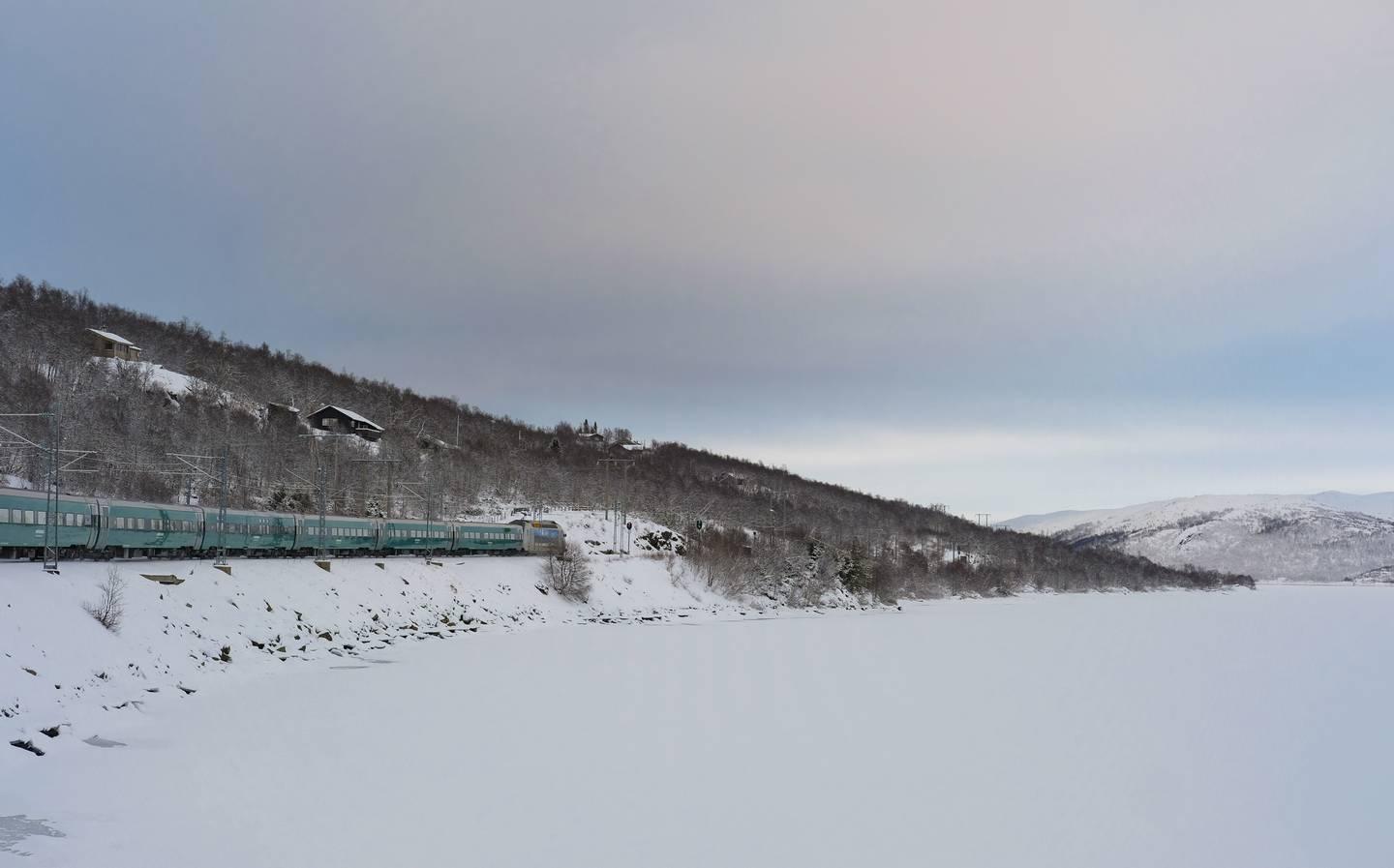 Mange ønsker å reise med tog i påsken. Her Bergensbanen over Hardangervidda.