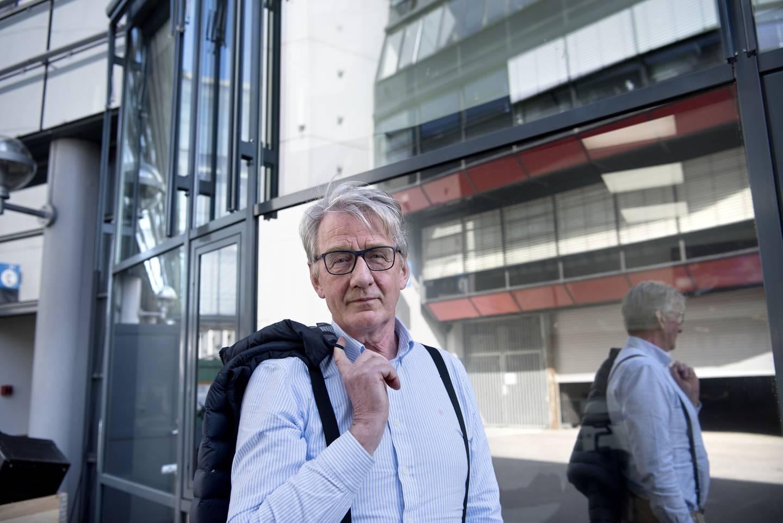 Lektor og lærer Clemens Saers ble angrepet og alvorlig skadet på jobb, to jenter/elever reddet livet hans.
