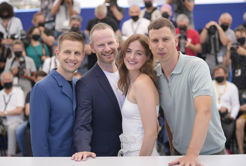 Anders Danielsen Lie, (fra venstre), Joachim Trier, Renate Reinsve og Herbert Nordrum poserer for fotografene etter premieren på «Verdens verste menneske» i Cannes.