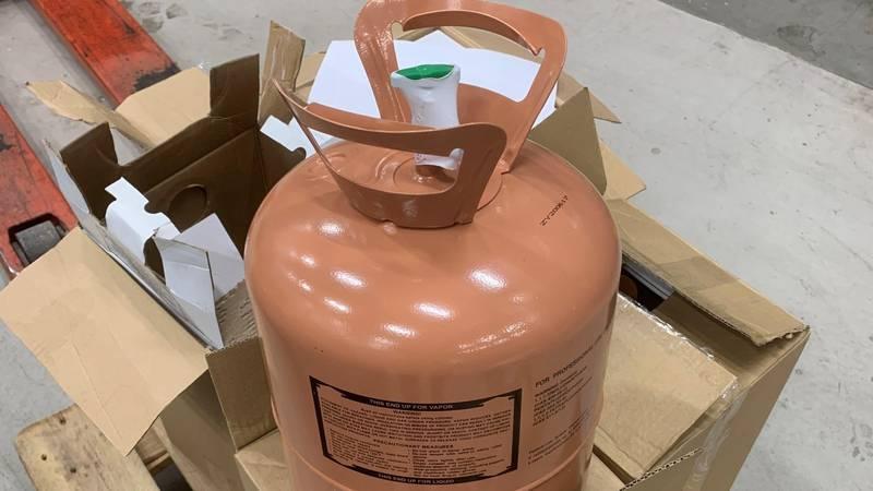 Fem slike gassbeholdere ble beslaglagt fra en av de mange varetaxiene som har forsøkt å smugle varer inn i landet den siste tida.