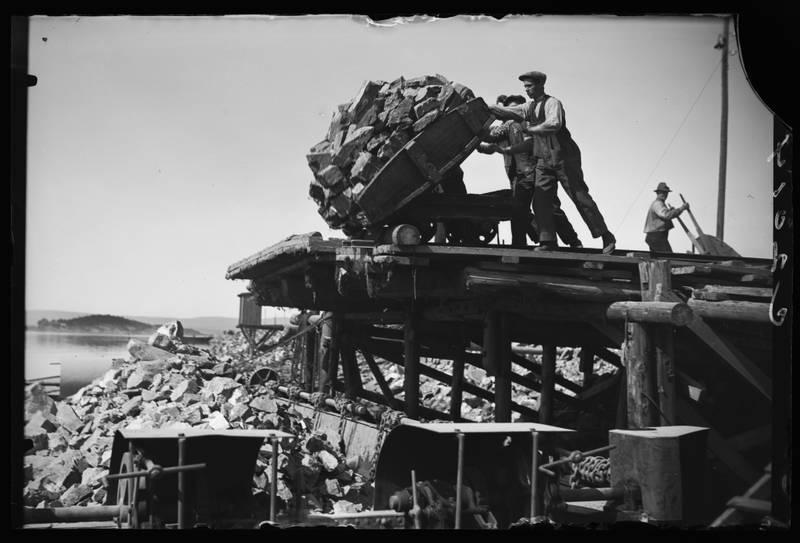 Nødsarbeidere ble satt til å sprenge bort 900 000 kubikkmeter stein fra Sjursøya fram til 1934. Foto fra 1930