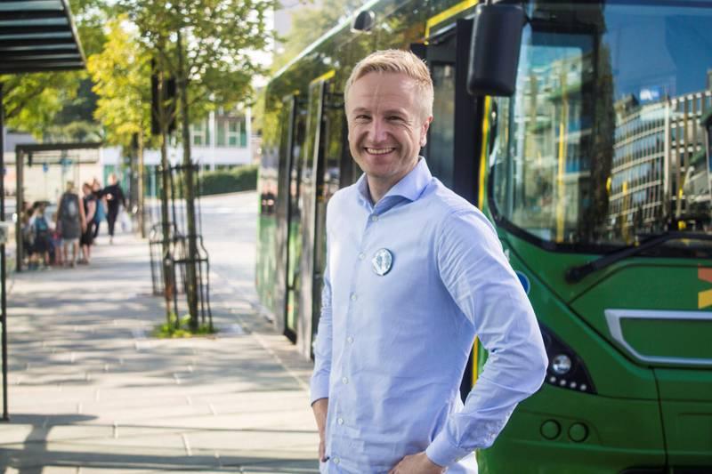 Uaktuelt å fjerne elbilfordelene i bommene, mener Jan Erik Søndeland (V). Da bør heller fossilbilene få økte avgifter, mener venstrepolitikeren.