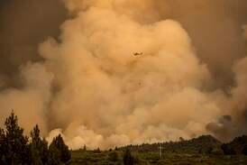California og Canada herjes av branner under hetebølge. Dette mener eksperter er årsaken