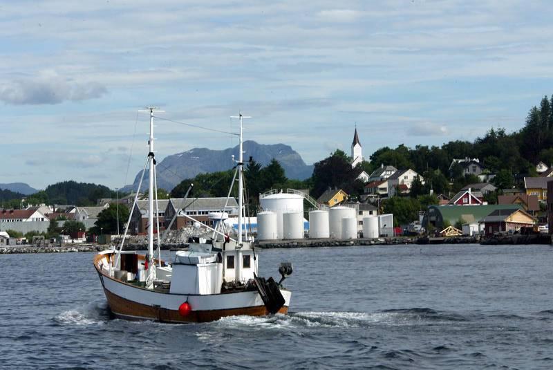FLORØ 20030703 Florø sentrum fra sjøen. Fiskeskøyte.Foto: Gorm Kallestad / SCANPIX