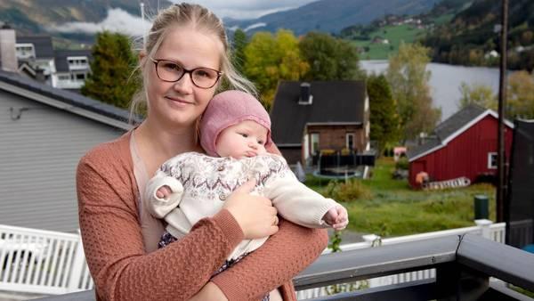 Rebekka (33) må ta ulønnet permisjon for å kunne amme datteren