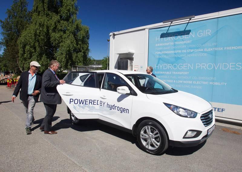 En deilig sommerdag for drøyt to år siden åpnet KrFs Hans Fredrik Grøvan (barhodet) døra for hydrogenbilen. Nå er det igjen elbilen som er KrFs viktigste anliggende. – Ladestruktur for elbiler må prioriteres høyt, sier Grøvan til Dagsavisen.