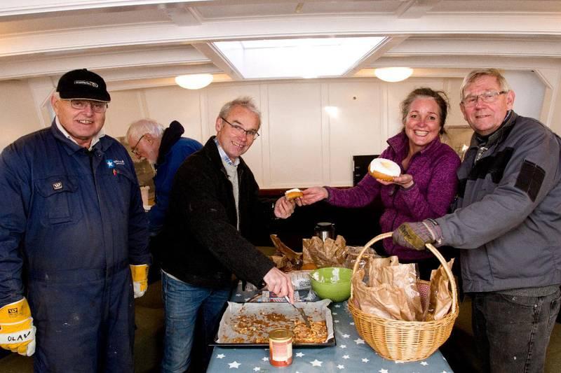 Drøyt 35 entusiaster er engasjert i Hvaler-prosjektet. Her får blant andre Alice Grønneberg seg litt lunsj.
