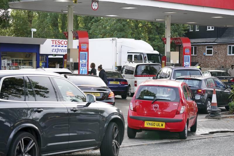 Sjåfører i kø for drivstoff ved en bensinstasjon i Birmingham tirsdag.