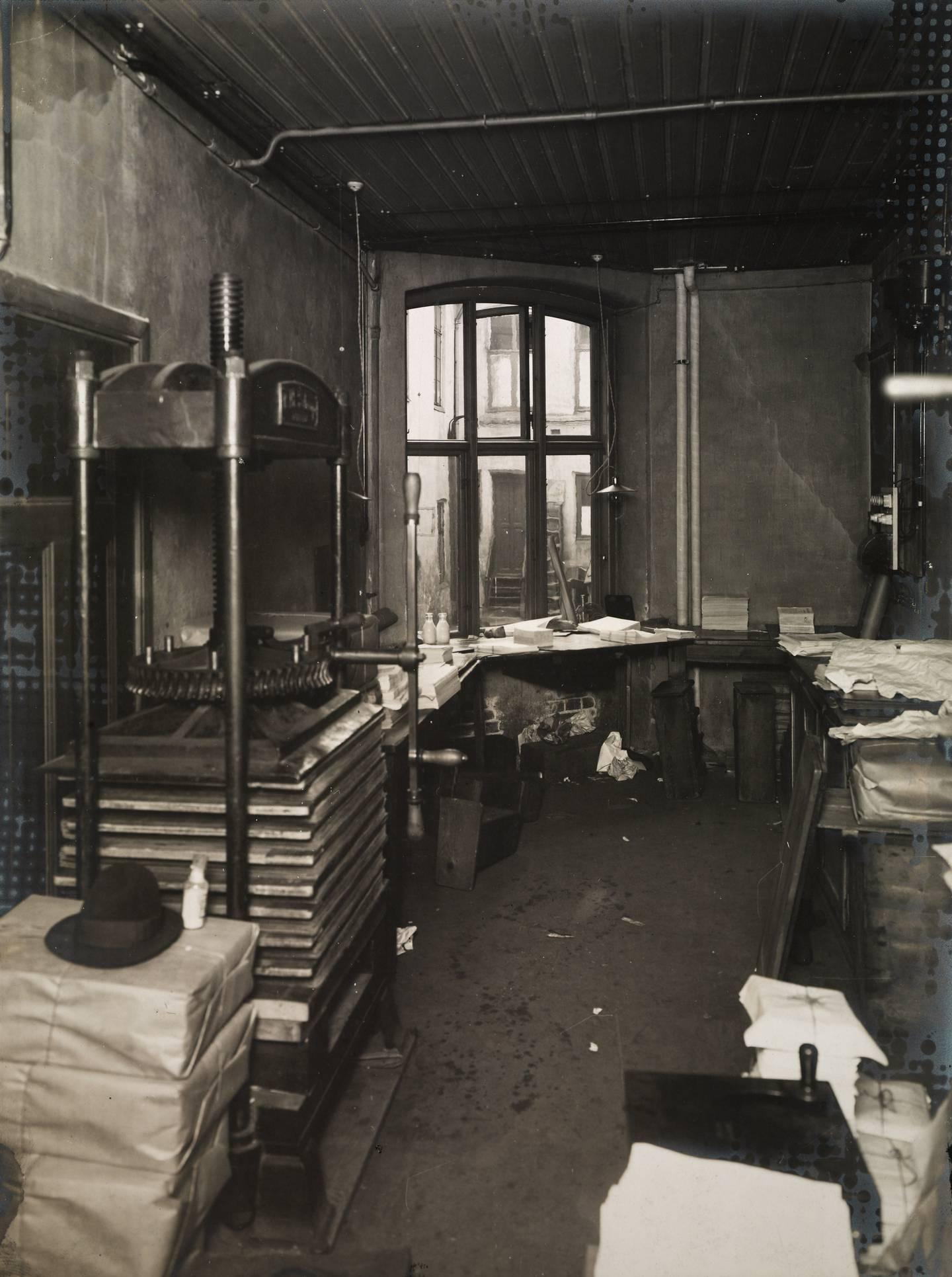 Det var ikke bare blystøv det var store mengder av i trykkeriene, men også papirstøv. Begge deler var ubehagelig å puste inn. Her papirbeholdninga ved Steenske bogtrykkeri og forlag i Rådhusgata 30. Foto fra 1910.