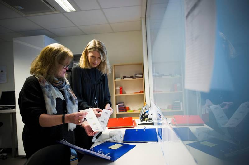 Hjemmebaserte tjenester i Stavanger har skjerpet rutinene for multidosehåndtering etter leveranseproblemene med Norsk Medisinaldepot.  Ved Hundvåg og Storhaug Hjemmebaserte tjenester kontrollerer de mer enn hva som står forskrevet i rutinene. Det krever ekstra ressurser.   På bildet er Anita Kaltveit (bakerst), virksomhetsleder for Hundvåg og Storhaug  Hjemmebaserte tjenester.   multidoseruller multidose multidosemedisin