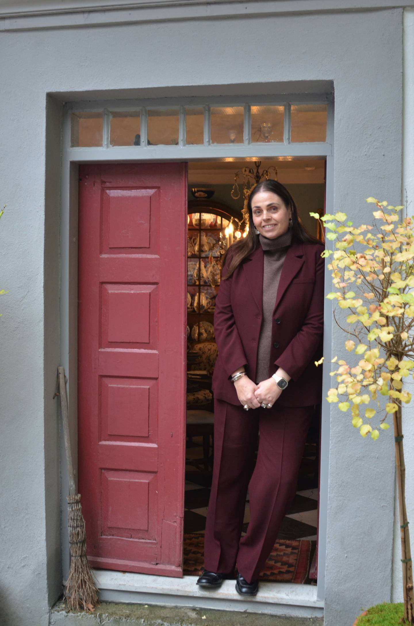 – Jeg kjøper kun gjenstander som jeg gjerne skulle hatt selv. På en måte tenker jeg at det er et kvalitetstegn, sier Hege Dahlgren i sin antikvitetsbutikk på Hvaler.