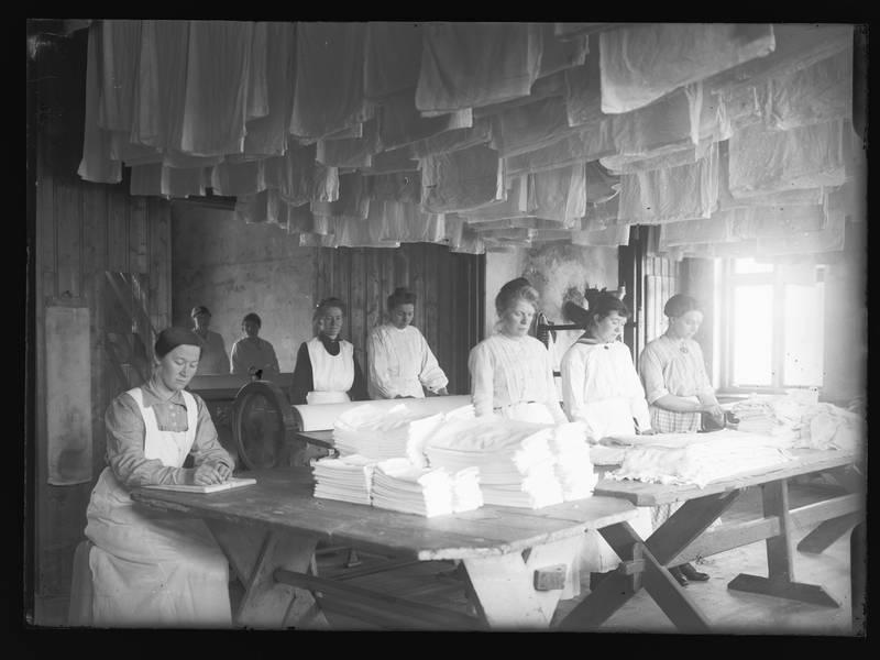 Magdalenahjemmet satset på vaskerivirksomhet. Det skulle gi penger til anstalten og var hardt arbeid som skulle ha en disiplinerende effekt. Foto fra Kvindehjemmet på Grini mellom 1900 og 1930.