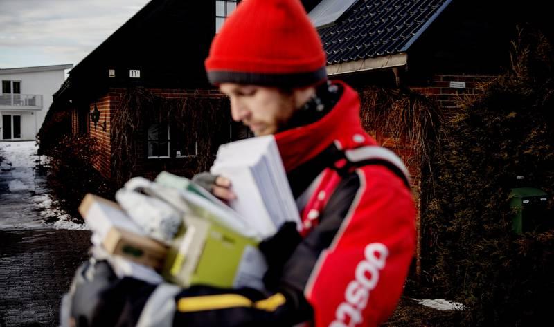 Reklame: – Det er ikke brev, men reklame vi lever av nå, konstaterer Lasse Eilertsen i det han går gjennom noe av dagens post. FOTO: HILDE UNOSEN