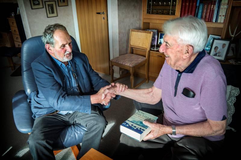 Skal møte Jon Michelet, som er i distriktet for å lansere sin nye bok i serien om krigsseilere. Vi møter Jon Michelet hjem hos Ole Jensen på Borhaug for å snakke om krigen.