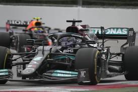 Formel 1: Hamilton tok seier nummer 100 i regndramaet i Sotsji – tok over VM-ledelsen