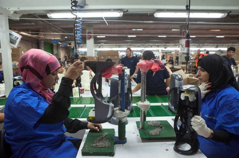 Arbeidere på den nye Soda-Stream-fabrikken i 2015, etter at den ble flyttet fra Vestbredden.