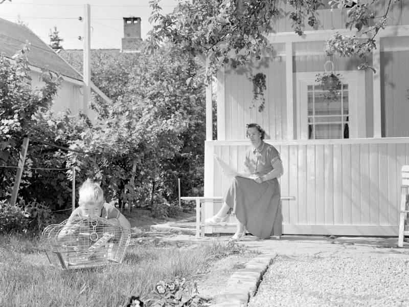Mor, sønn og fugl på Etterstad i 1958.