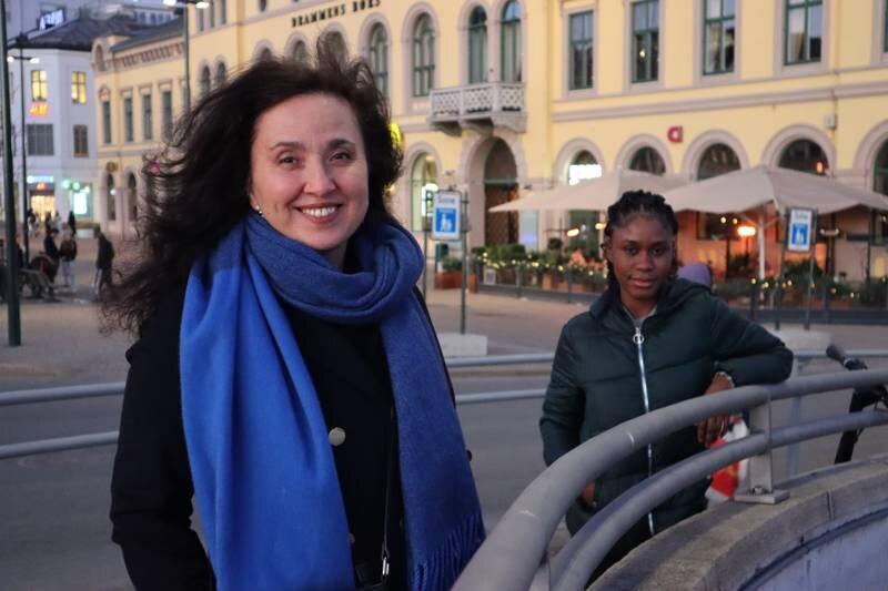 Hatice Lük er styreleder i Tyrkiske Foreningers Hovedorganisasjon i Norge. Bak står Mariama Dafae, prosjektmedarbeider hos Drammen sanitetsforening.