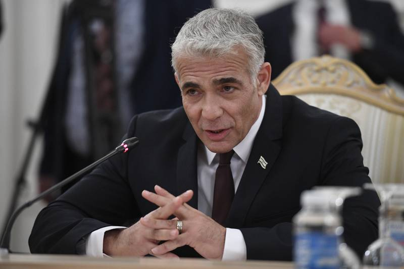 Israels forholdsvis ferske utenriksminister Yair Lapid har lansert en ambisiøs plan som skal kunne bidra til fred mellom Israel og Hamas-regimet på Gazastripen. Foto: Pool / AP / NTB