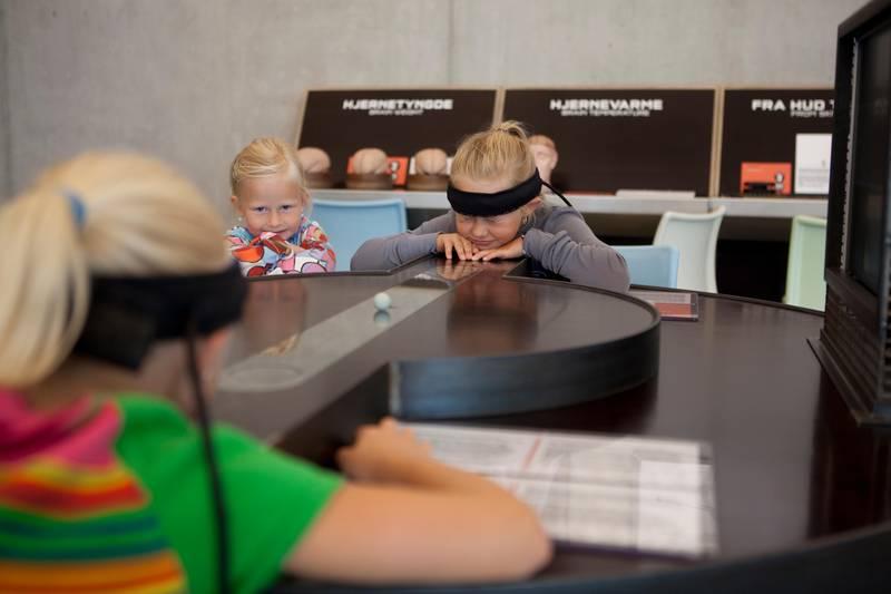 På Vitenfabrikken er det lek og læring i fokus. Her testes hjerneaktivitet.