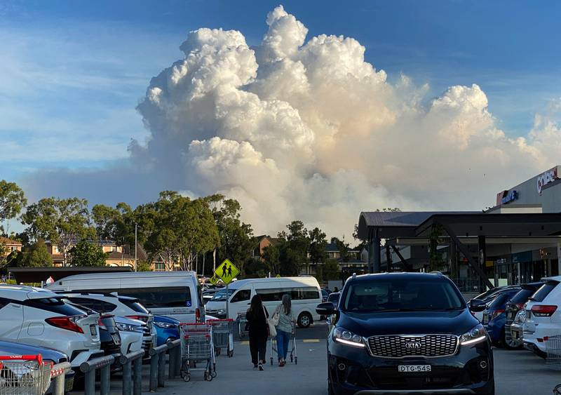 This picture taken on May 2, 2021 shows smoke filling the sky as Sydney is enveloped in a thick bank of hazardous bushfire smoke forcing authorities in Australia's largest city to scale back controlled forest burning nearby. (Photo by Saeed KHAN / AFP)