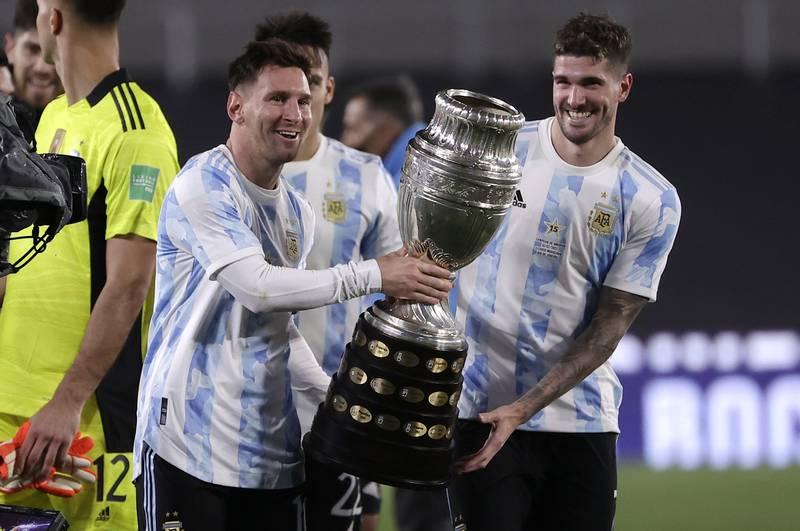 Lionel Messi jubler med Copa America-trofeet etter seieren over Bolivia. Foto: Juan Roncoroni / AP / NTB