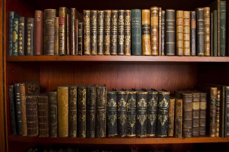 Metervare? Niks. Disse gamle bokryggele hører hjemme hos Nasjonalbiblioteket.